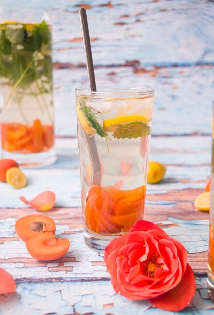 Eistee mit Zitronenmelisse, Marillen und Rosenwasser.