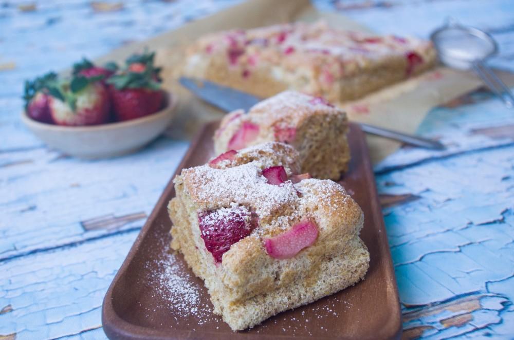 Vollkorn-Bisquitteig mit Erdbeere und Rhabarber