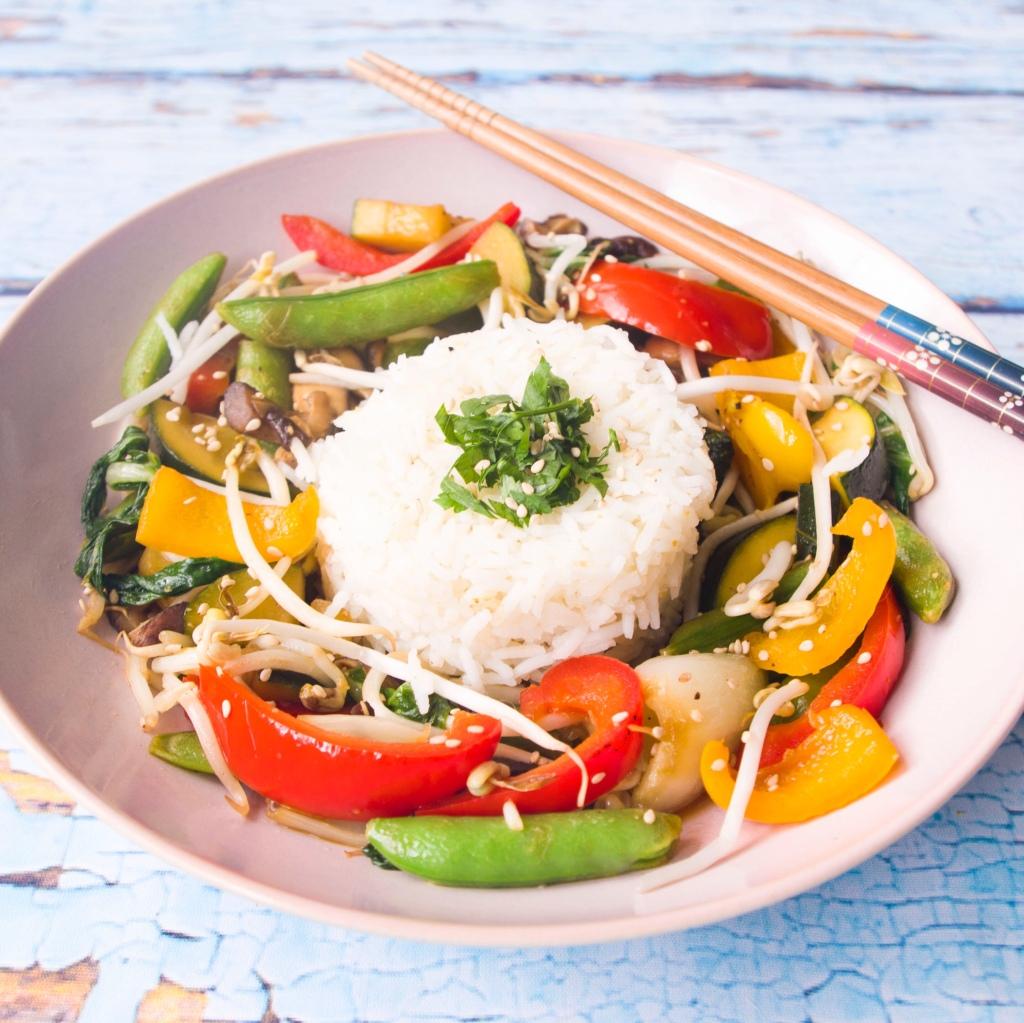 Asiatisch angehauchter Gemüse-Wok mit Basmatireis.